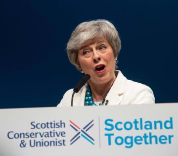 3日、地方選で惨敗後、英北部スコットランド・アバディーンで演説するメイ英首相(ゲッティ=共同)