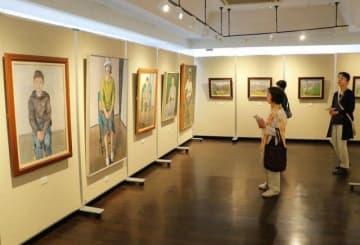 川上さんの柔らかなタッチの人物画や風景画が並ぶ遺作展の会場