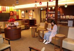 若い世代のリピーターが増え、過去最高の献血者数となった「姫路みゆき献血ルーム」の待合室=姫路市駅前町