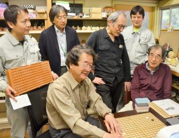 アイゴの改良版開発に取り組む山口さん(右から1人目)と木谷さん(同3人目)ら=平塚市万田の「しんわやえくぼ」