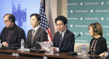 北朝鮮による拉致問題の解決を訴える横田拓也さん(中央右)と飯塚耕一郎さん(同左)。右端はシンディ・ワームビアさん=3日、ワシントン(共同)