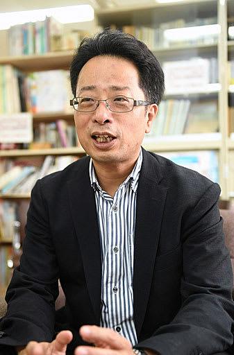 「ゆとりある運転が大切」と呼び掛ける村上教授=奈良市の奈良大