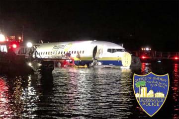 3日夜、米南部フロリダ州ジャクソンビルで、川に落ちたボーイング737(ジャクソンビル保安官事務所提供、AP=共同)