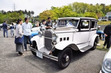 往年の名車が並び、多くの人でにぎわったイベント会場=3日、糸魚川市
