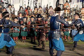 やり隊による演武などで気勢を上げた「武てい式」=米沢市・伝国の杜前広場