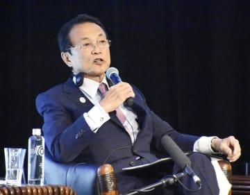 4日、フィジーのナンディで開かれたアジア開発銀行年次総会の会合に出席した麻生財務相(共同)