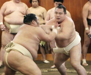 稽古で相撲を取る鶴竜(右)=4日、東京都墨田区の時津風部屋