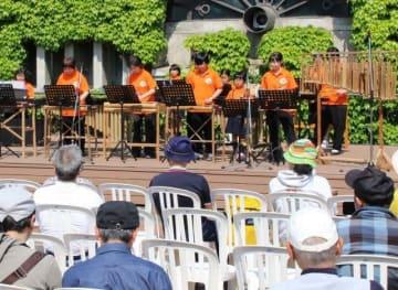 ステージで演奏する真備町竹のオーケストラのメンバー
