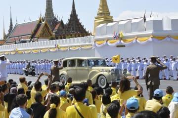 戴冠式のため王宮に入る、タイのワチラロンコン国王を乗せた車=4日、バンコク(共同)
