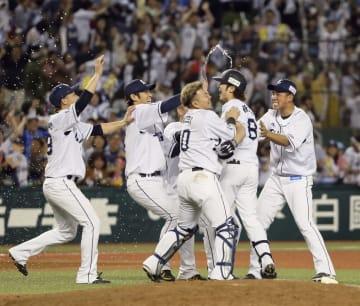 11回、サヨナラ打を放ち、ナインに祝福される西武・金子侑(右から2人目)=メットライフドーム