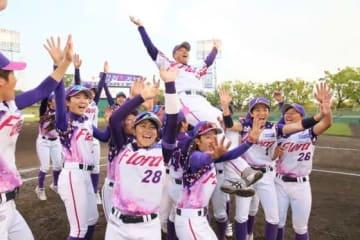 胴上げをされた京都フローラ・川口監督と選手たち【写真提供:日本女子プロ野球リーグ】