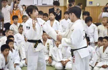 柔道教室で小学生に技を指導する阿部詩(手前左)=東京都文京区の講道館