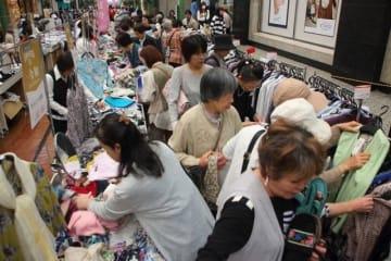 衣料品や雑貨が割安で販売され、買い物客でにぎわうワゴンセール=表町商店街