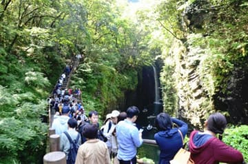 10連休の終盤、晴天に恵まれた高千穂峡は多くの観光客でにぎわった=4日午前、高千穂町