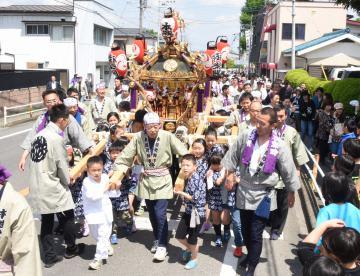 子どもと大人に担がれて本城町内を練り歩く「令和みこし」=筑西市甲