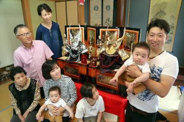 五月人形のかぶとを飾る荒木文也さん(右端)方=豊後大野市三重町秋葉、撮影