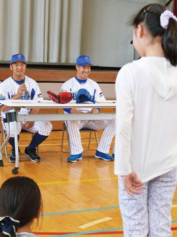児童らと夢について語る嶺井選手(左)と笠井選手