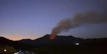 3日午後に小規模な噴火が発生した阿蘇中岳。4日未明にかけて「火映現象」が断続的に観測された(ISO3200、20秒露光)=4日午前4時10分すぎ、阿蘇市の草千里展望所から撮影(小山真史)