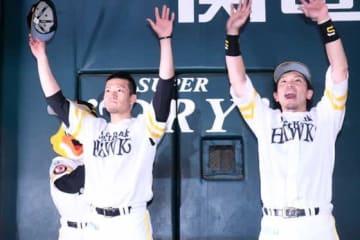 3勝目を挙げたソフトバンク・千賀滉大(左)と松田宣浩【写真:藤浦一都】
