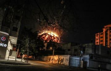 イスラエル軍の空爆を受けるトルコ・アナトリア通信の事務所が入った建物=4日、パレスチナ自治区ガザ(ゲッティ=共同)