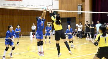 福井県内のスポーツ少年団約200チーム、3100人以上が参加した2015年の県スポーツ少年大会=福井県の坂井市体育館