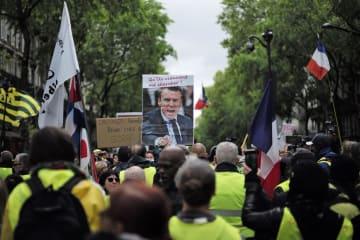 25週連続で実施された黄色いベスト運動のデモ=4日、パリ(AP=共同)