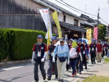古い家並みの続く朝鮮人街道を進むウオークの参加者たち(滋賀県野洲市内)