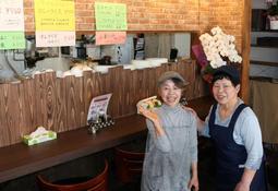 新しい店のスタートを切った会澤英子さん(左)と妹の寺島好子さん=兵庫区新開地6