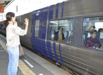 JR松山駅でUターンする家族を見送る女性=4日午前、松山市南江戸1丁目