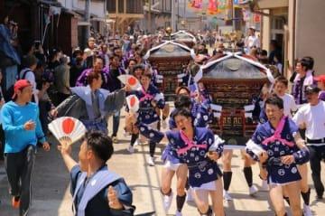 観光客らが見守る中を勇壮に駆け抜ける「走り神輿」