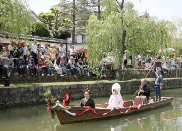 瀬戸の花嫁を乗せて倉敷川を進む小舟