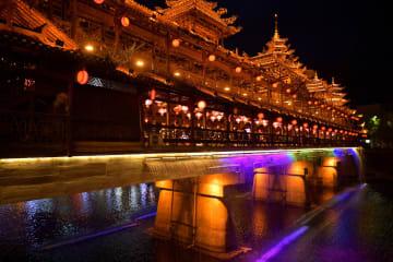 ライトアップで観光客を魅了 湖北省宣恩県