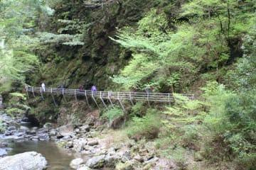 【絶壁を通り抜ける「回廊橋」】