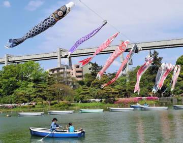 ボートに乗りながらこいのぼりを眺める来園者ら=4日、千葉市中央区の千葉公園