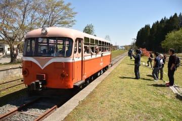 イベントで鉄道ファンや家族連れを乗せて運行するレールバス