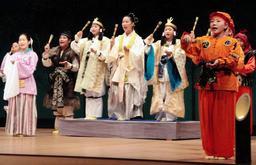 「根日女」を演じる加西市こども狂言塾の塾生ら=加西市民会館文化ホール