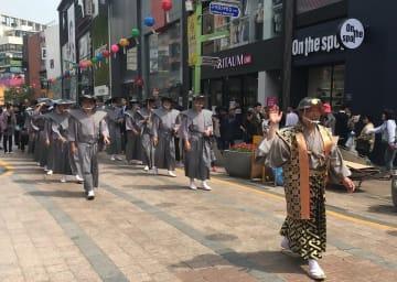 「朝鮮通信使 平和の行列」で対馬藩の武士に扮し練り歩く対馬市民=韓国釜山市(対馬市提供)