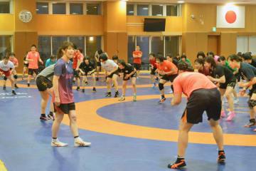 最後の補強トレーニングで選手を盛り立てる吉田沙保里コーチ