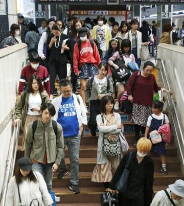 大型連休のUターンラッシュが本格化し、混雑するJR東京駅の新幹線ホーム=5日午前
