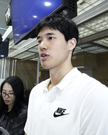 NBAの新シーズンに向け抱負を語る渡辺雄太=5日午前、成田空港