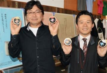 ばってん甘柿を栽培する川部裕志さん(左)と町農業振興課の渡邉洋平さん=御船町
