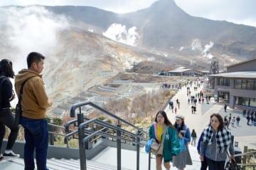 噴気が立ち上る中、観光客でにぎわう大涌谷駅前。ガス対策が欠かせない状況が続いている=4月18日