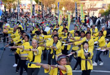 約2千人が通りを埋めて一斉に踊った江刺甚句大パレード