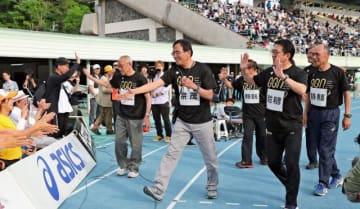 宗茂さん(中央)、瀬古さん(右から2人目)ら往年の名ランナーが登場した「ゴールデンゲームズinのべおか」=4日午後、延岡市