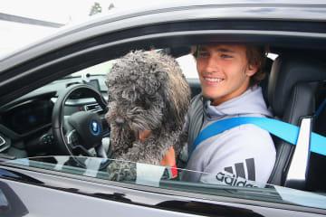 愛犬ロビックとBMWに乗るアレクサンダー・ズベレフ