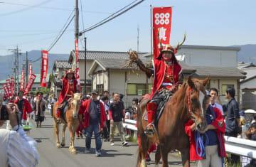 真田三代が先頭を進む「真田まつり」の武者行列=5日午後、和歌山県九度山町