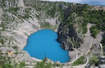 珍しい青色の湖 クロアチア·イモツキ