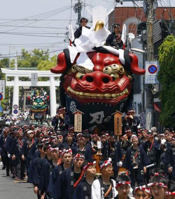 天皇即位と改元を祝い佐賀県唐津市街を巡行する、「唐津くんち」の最古の曳山「赤獅子」=5日午後
