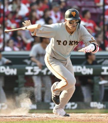 9回巨人1死二塁、坂本勇が左前に同点打を放つ=マツダ