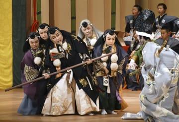 「日本こども歌舞伎まつり」に出演した石川県小松市の子どもたち=5日午後、小松市